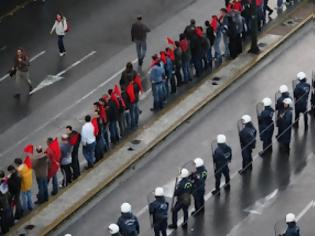 Φωτογραφία για Διαδηλώσεις άλλου τύπου και καταστολή... με νερό