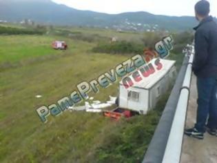 Φωτογραφία για ΕΚΤΑΚΤΟ - ΤΩΡΑ- Πρέβεζα: Νταλίκα έπεσε από την γέφυρα στον Μεσσοπόταμο
