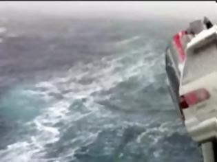 Φωτογραφία για Το χειρότερο πλοίο - Η κακοκαιρία έριξε 52 αυτοκίνητα στη θάλασσα - Δείτε το video