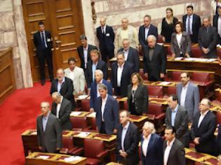 Φωτογραφία για Λεπτό προς λεπτό η παρουσία της Ρεπούση στη Βουλή. Μόλις ο Πρόεδρος της Βουλής ζήτησε να τηρηθεί ενός λεπτού σιγή για...